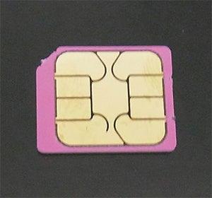 古いスマホからSIMカードを取り出す