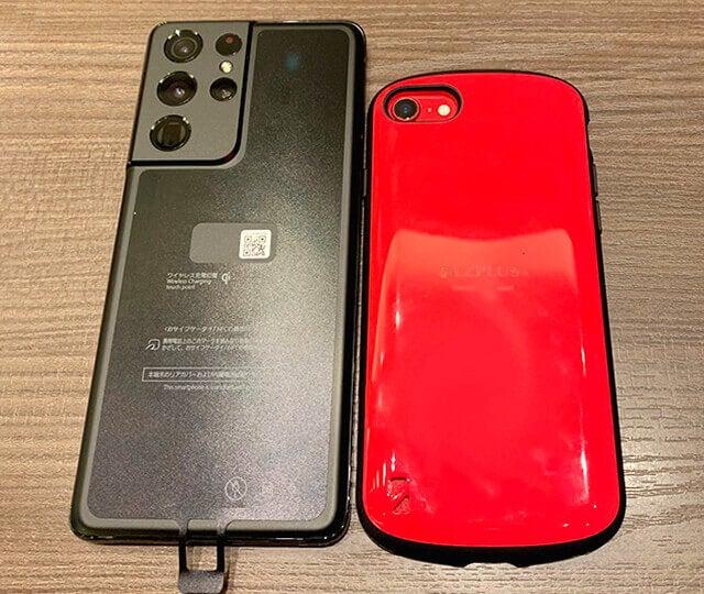 Galaxy S21 Ultra 5GとiPhoneSEの大きさを比較