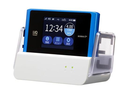 UQコミュニケーションズのモバイルWi-Fiルーター「WX04」。クレードルに挿して利用することで室内の電波も安定しやすくなる。