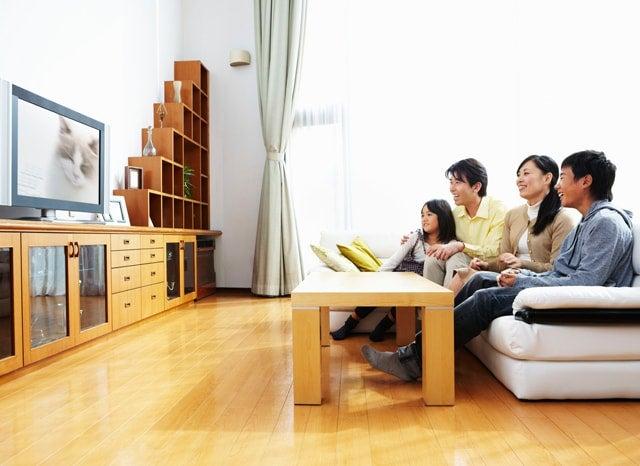 家でテレビを見る家族