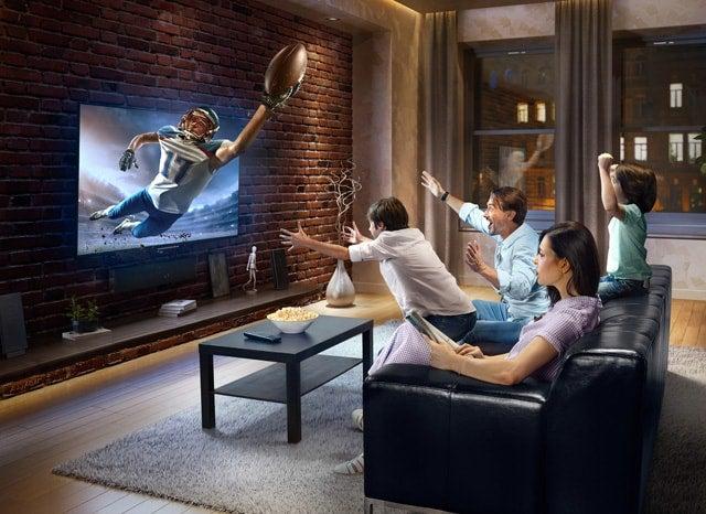 3Dテレビを見る家族