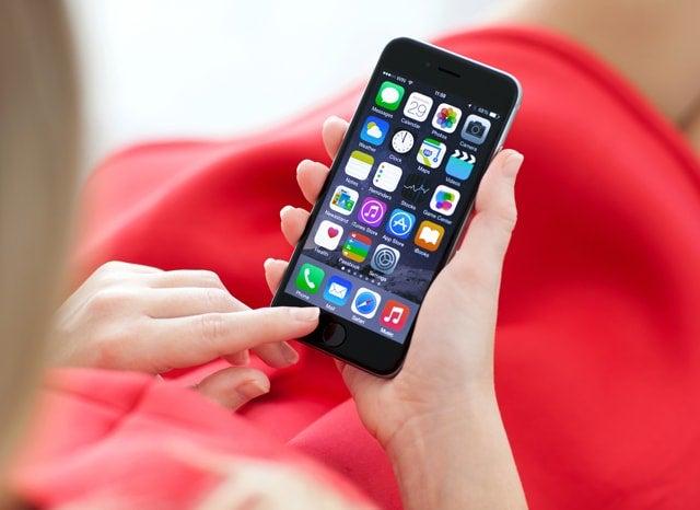 iphoneを触る女性