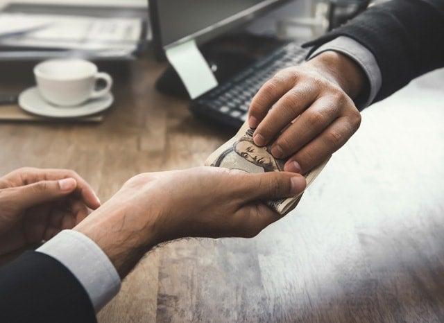 オフィスでお金を渡す人と受け取る人