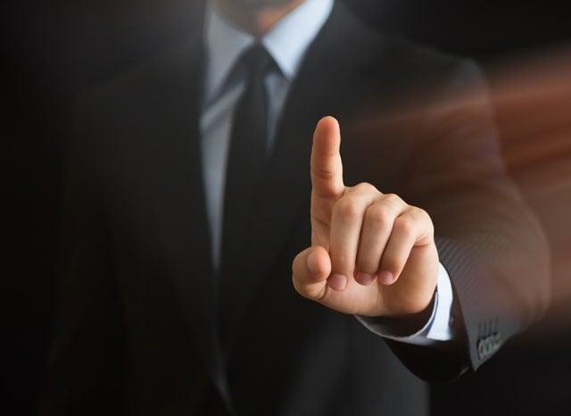 ひと指し指を立てている男性