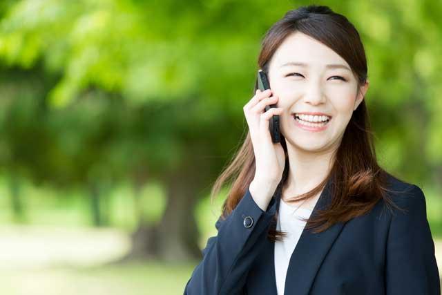 携帯で話す女性